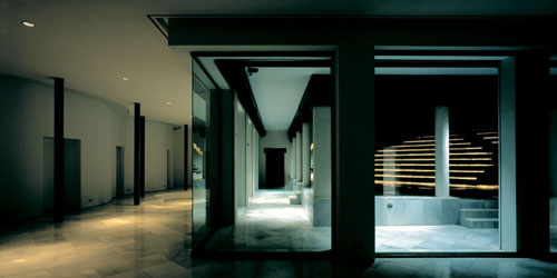 Vista nocturna de la Casa de Retiro Espiritual de Emilio Ambasz en Sevilla