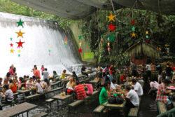 El restaurante bajo la cascada de Villa Escudero en Filipinas