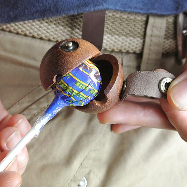 Original casco protector de Chupa Chups en madera y cuero